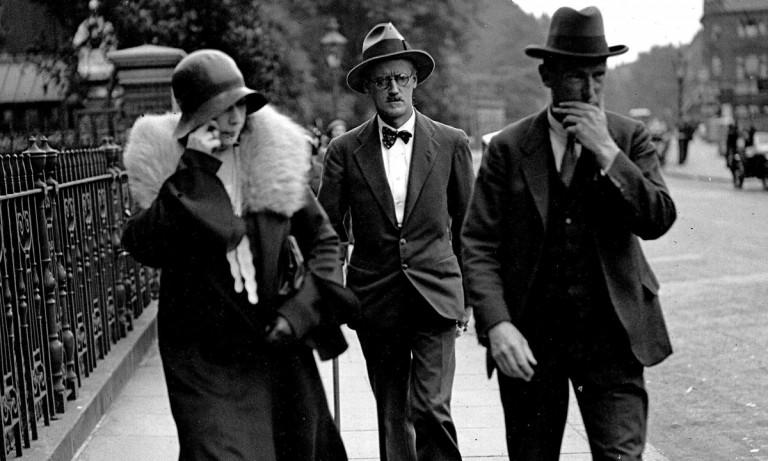James Joyce junto a su esposa Nora Barnacle, el día de su casamiento.